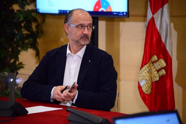 El presidente de las Cortes, Luis Fuentes, explica las nuevas medidas de transparencia y accesibilidad