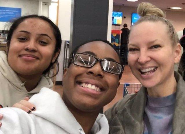 Una mujer pagó la compra de todos los clientes de un supermercado porque ganó la lotería y descubren que fue Sia