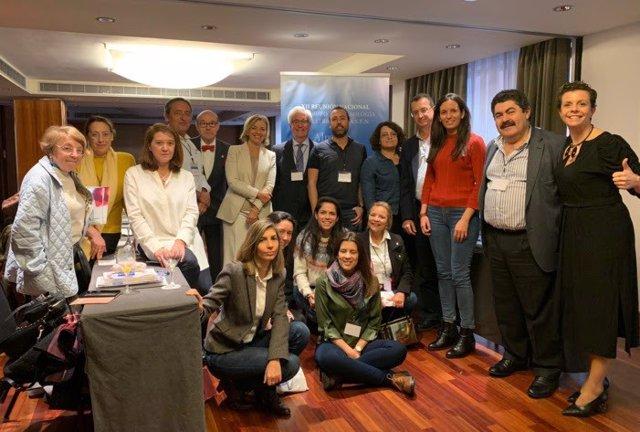 Foto de grupo con algunos de los nefrólogos y profesionales sanitarios participantes en la reunión