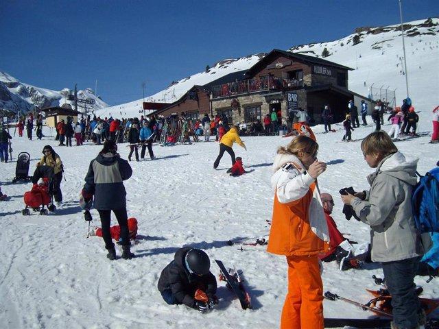 La estación de Candanchú registra más de 5.000 esquiadores este sábado.
