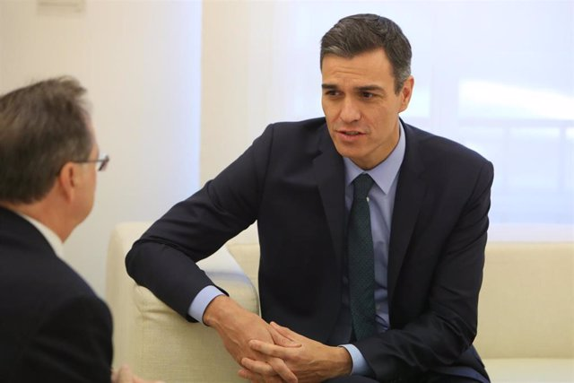 El presidente del Gobierno, Pedro Sánchez, recibe, en el palacio de la Moncloa, al presidente de Ceuta, Juan Jesús Vivas, hace un año