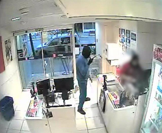 Imatges de la cmera de seguretat d'un dels supermercats de Barcelona on l'home va robar amb un ganivet de grans dimensions.