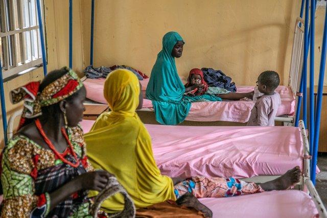 Niños con desnutrición en un centro de tratamiento de MSF en Nigeria