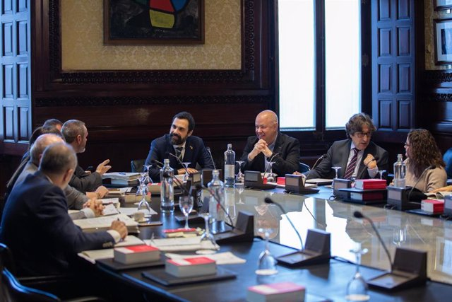 El presidente del Parlament, Roger Torrent (c) preside la reunión de la mesa del Parlament y Junta de Portavoces en el Parlament de Cataluña, en Barcelona (España), a 3 de diciembre de 2019.