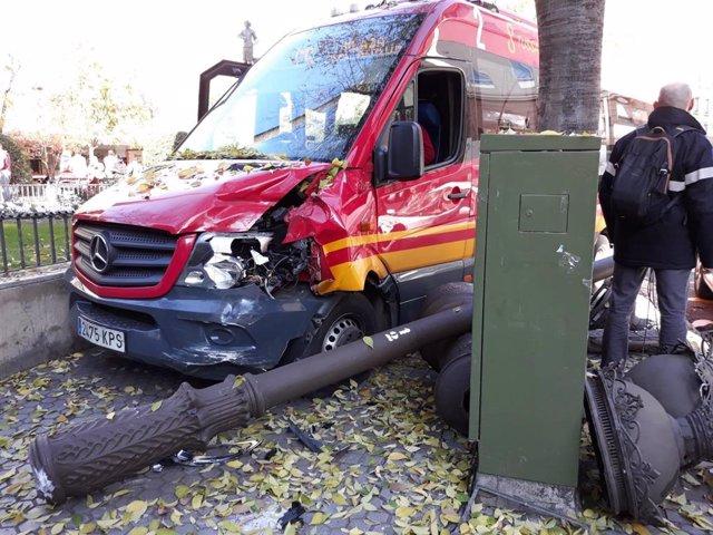 Minubús accidentado en el centro de Sevilla