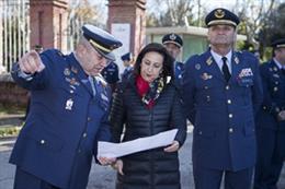 La ministra de Defensa en funciones, Margarita Robles, en una visita a la base aérea de Cuatro Vientos (Madrid)