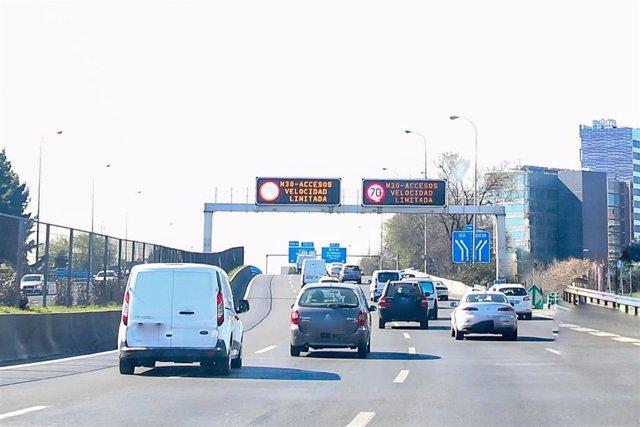 Imagen de la carretera M30 en Madrid con luminosos indicando limitaciones de velocidad (70km/hora) debido a la contaminación.