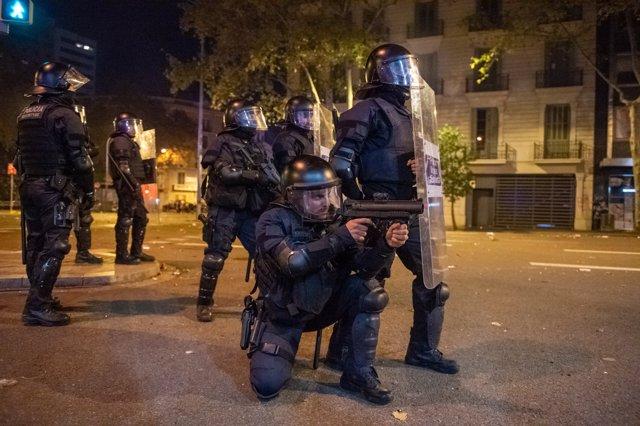 Mossos d´ Esquadra con pistolas de pelotas de goma durante la sexta jornada de protestas en Barcelona contra la sentencia del Supremo por el 'procés', en Barcelona a 19 de octubre de 2019.