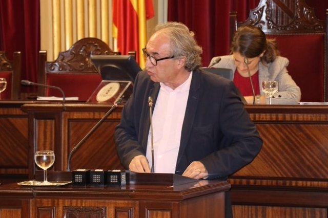 El conseller d'Educació, Martí March, durant una interpel·lació parlamentària