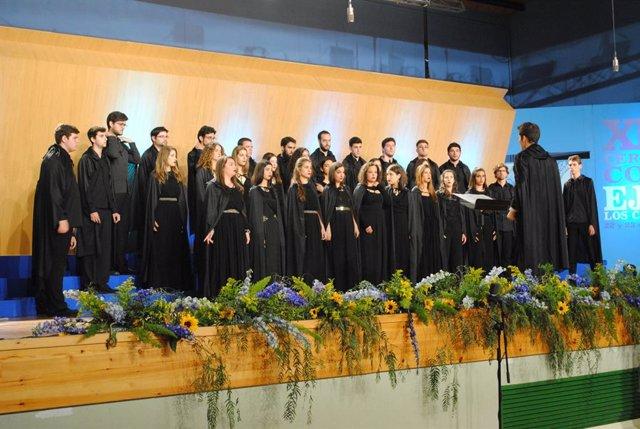 Un coro de Granada actuando en el Certamen Coral de Ejea.