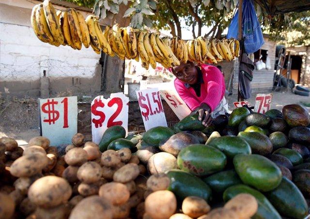 Mercado de verduras en Chitungwiza, Zimbabue