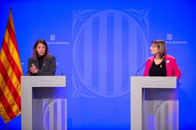La consellera de la Presidència i portaveu del Govern, Meritxell Budó (e) i la consellera de Salut, Benestar i Ciutadania, Alba Vergès (d) en roda de premsa posterior al Consell Executiu, Barcelona (Espanya), 3 de desembre del 2019.