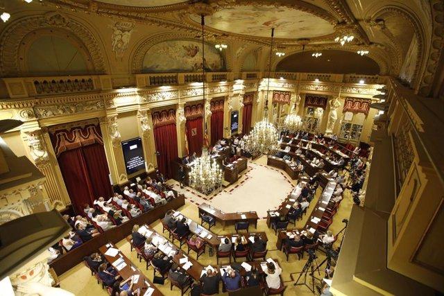El salón de plenos del Parlament balear.