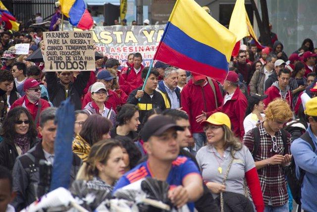 Manifestantes durante una nueva jornada de paros en Colombia.