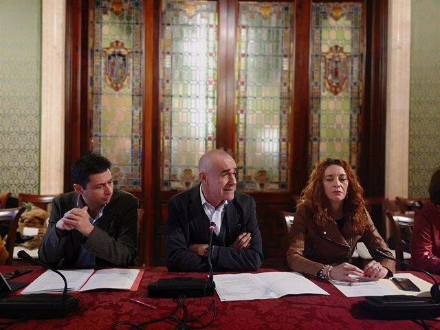 El concejal de Hábitat Urbano de Sevilla, Antonio Muñoz, en rueda de prensa, junto al gerente de Urbanismo y la delegada de Recursos Humanos, Clara Macías