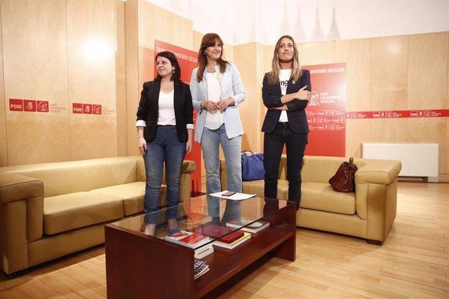 La vicesecretaria general del PSOE y portavoz del Grupo Parlamentario Socialista, Adriana Lastra (i) , se reúne con Laura Borrás (c) y Miriam Nogueras (d) de JuntsxCat.