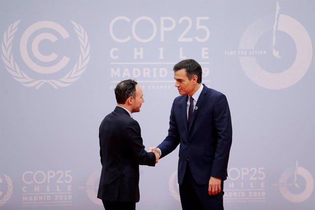 El cap de Govern d'Andorra, Xavier Espot, saluda el president espanyol Pedro Sánchez, en la COP25