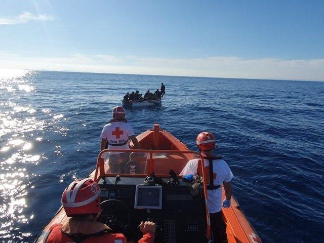 Una de las pateras rescatadas por Cruz Roja en Alicante