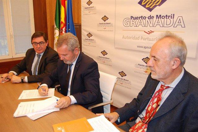 Imagen de la firma del convenio entre la UGR y el Puerto de Motril