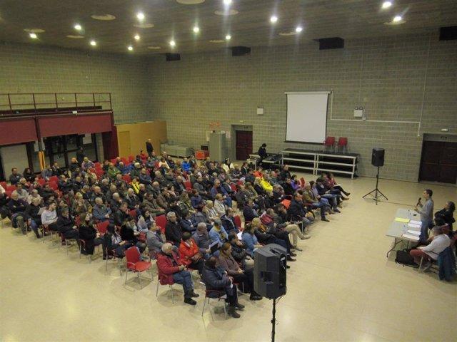 Reunión de vecinos de Les Cabanyes (Barcelona) sobre la instalación de una planta asfáltica en Pacs del Penedès