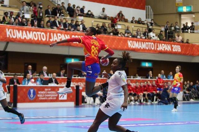 Sandy Barbosa lanza a portería en el partido entre la selección española de balonmano y Senegal del Mundial femenino 2019