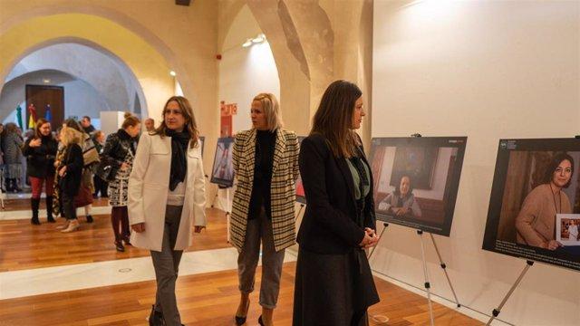 La alcaldesa de San Fernando visitando la muestra '40 años de ayuntamientos democráticos: Las mujeres en el poder local'