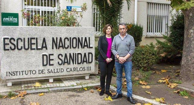 Cristina Linares y Julio Díaz, a las puertas de la Escuela Nacional del ISCIII, donde desarrollan su trabajo sobre clima, contaminación y salud.