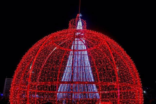 Bola roja de navidad en Torrejón de Ardoz (Madrid), capital europea de la Navidad,  inaugura el encendido con un espectáculo de luz único en toda España, con más de 50 actividades y espectáculos, a 23 de noviembre de 2019.