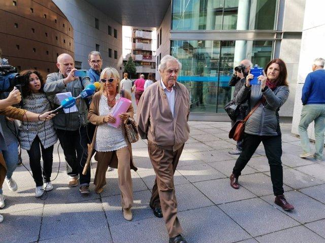 El ex consejero, José Luis Iglesias Riopedre, acompañado de su abogada Anabel Prieto y rodedado de medios de comunicación a su salida de la Audiencia.