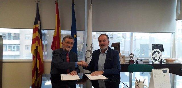 El presidente de la Junta Provincial de Baleares de la Asociación Española Contra el Cáncer (AECC), Javier Cortés, y el presidente del Colegio de Fisioterapeutas de Baleares, Tomás Alías, han firmado este martes un convenio de colaboración.