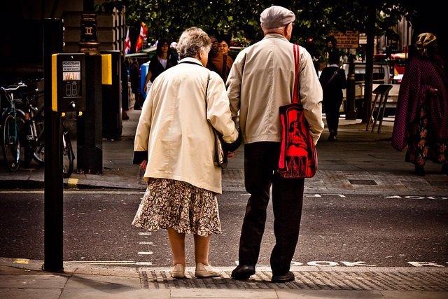 Pareja de anciandos esperando para cruzar la calle