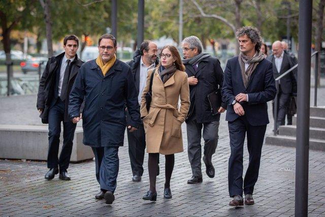 El delegado de la Generalitat en Suiza, Manuel Manonelles (2i), y el director general de Relaciones Institucionales, Exterior y Transparencia de la Generalitat, Aleix Villatoro (1d), llegan acompañados de sus abogados para declarar en el Juzgado de Instru