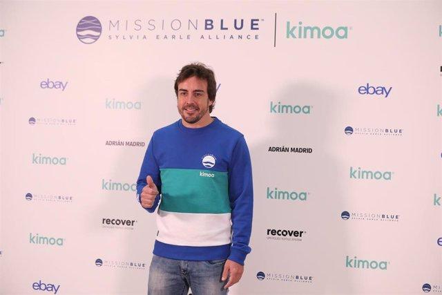 El piloto español Fernando Alonso posa ante los medios antes de la presentación del proyecto solidario 'Mission Blue x Kimoa'