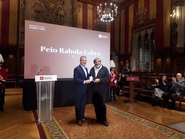 El teniente de alcalde Jaume Collboni entrega la Medalla de Oro de la Ciudad al nieto de Pompeu Fabra Peio Rahola Fabra