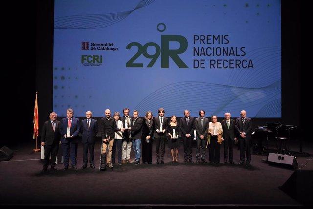 El presidente Quim Torra y la consellera Àngels Chacón con los Premis Nacionals de Recerca