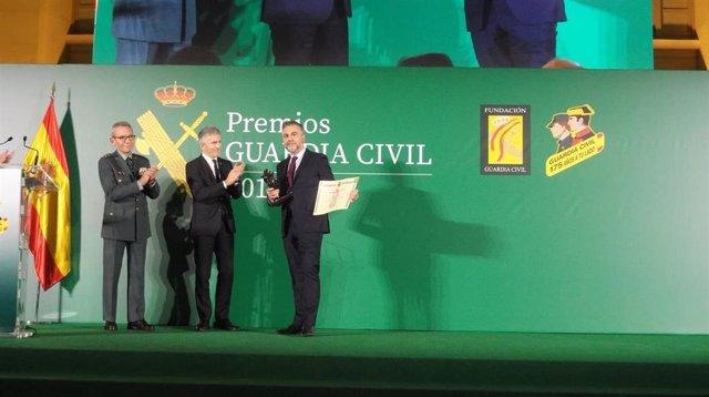 El ministro Fernando Grande-Marlaska en la entrega de los Premios Guardia Civil junto al periodista Carlos Alsina