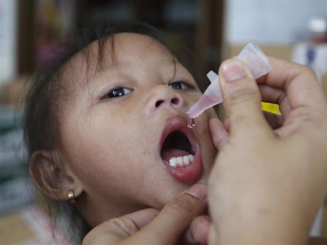 Una niña recibe la vacuna contra el sarampión.