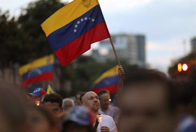 Banderas venezolanas en una vigilia en Caracas por las víctimas de la violencia