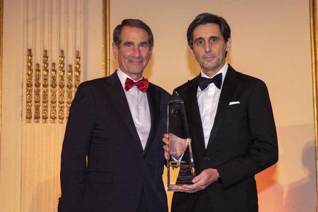 El presidente de Telefónica, José María Álvarez-Pallete, recibe el premio a 'Líder Empresarial del Año' de manos del presidente de la Cámara de Comercio de España-Estados Unidos, Alan Solomont