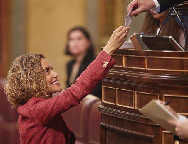 La presidenta del Congreso, Meritxell Batet, entrega su voto para la elección del presidente de la Mesa del Congreso, durante la sesión de constitución de las Cortes para la XIV Legislatura