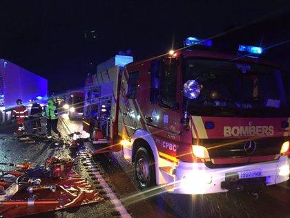 Moren tres persones i altres dos resulten ferides en un accident entre dos cotxes i un camió a Vilanova d'Alcolea