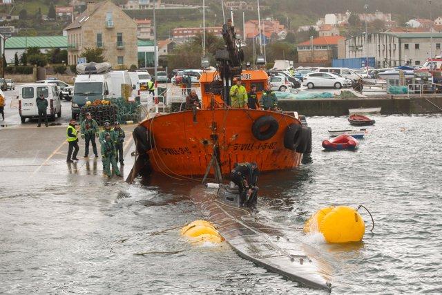 El 'narcosubmarino' tras haberse enganchado  en unas redes cuando era remolcado