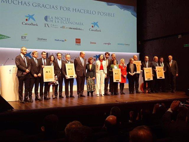 Foto de familia con los premiados por el Diario El Economista