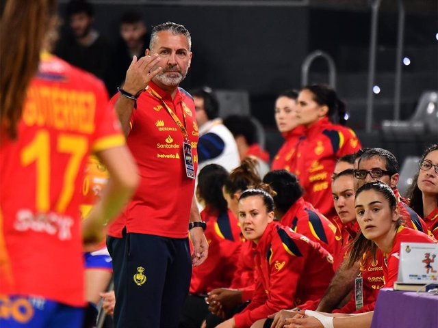 El entrenador de la selección española femenina de balonmano, Carlos Viver.