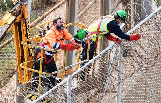 Operarios retirando las concertinas de la valla de Ceuta, a 04 de Diciembre de 2019.
