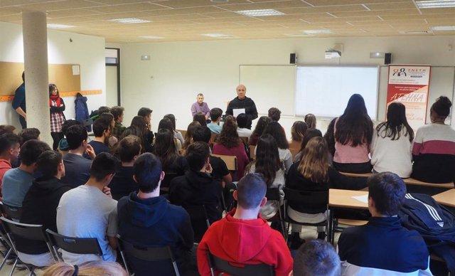 La Asociación de Enfermos y Trasplantados Hepáticos de Navarra (ATEHNA), ofrece una charla en un colegio navarro.