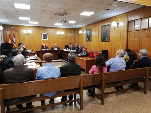 Los acusados, abogados, fiscalía y juez en la sala del juicio por el accidente de tren de Sineu de 2010