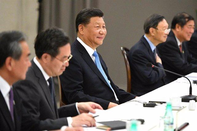 El presidente de China, Xi Jinping, en el centro, junto al ministro de Exteriores chino, Wang Yi