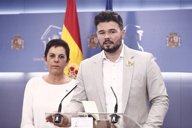 La portaveu d'EH Bildu al Congrés dels Diputats i el d'ERC, Mertxe Aizpurúa i  Gabriel Rufián, ofereixen una roda de premsa en la Cambra baixa