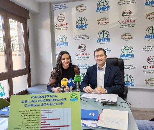 La coordinadora del servicio de defensor del profesor de ANPE, Montserrat Fernández y el presidente de ANPE Asturias, Gumersindo Rodríguez en rueda de prensa.